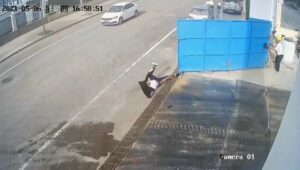 Read more about the article Strong Gust Blows Open Metal Gate And Hits Man In Bum As He Ties Shoelaces