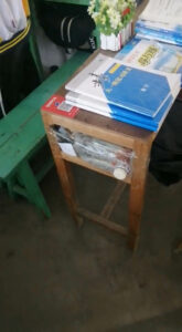 Read more about the article Schoolboy Keeps Fish In Makeshift Tank Under Desk To Relieve Study Stress