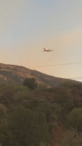 Read more about the article Amazing Footage As Plane Drops Retardant Powder On Wildfire Destroying Large Area Of Arizona